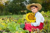Boy holding sunflower — 图库照片