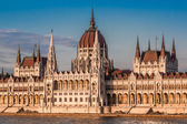 Chain Bridge and Hungarian Parliament — Stock Photo
