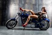 在摩托车上的性感女人. — 图库照片