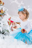 Little girl  is decorating christmas tree — 图库照片