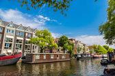 Амстердамские каналы и лодки — Стоковое фото