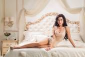 Mulher bonita e sexy na cama — Fotografia Stock