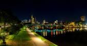 Frankfurt am main's nachts — Stockfoto