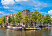 Kanal ve Amsterdam'da Köprüsü — Stok fotoğraf