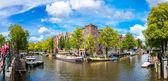 Canale e ponte ad amsterdam — Foto Stock