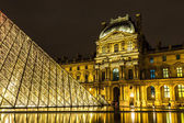 The Louvre at night in Paris — Stockfoto