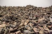 在奥斯威辛集中营受害者的靴子 — 图库照片