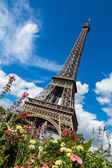 Eiffel Tower with flowers in Paris — Stock Photo