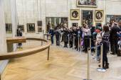 "Visitors take photo of  ""Mona Lisa"" — Zdjęcie stockowe"