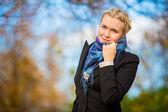 молодая девушка в парке — Стоковое фото