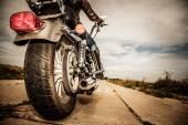 Biker girl ridande på en motorcykel — Stockfoto