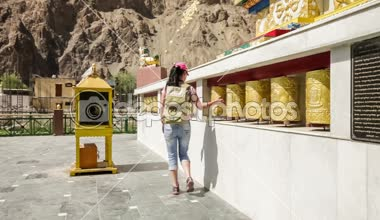 Tibetan Buddhist prayer wheels — Stock Video