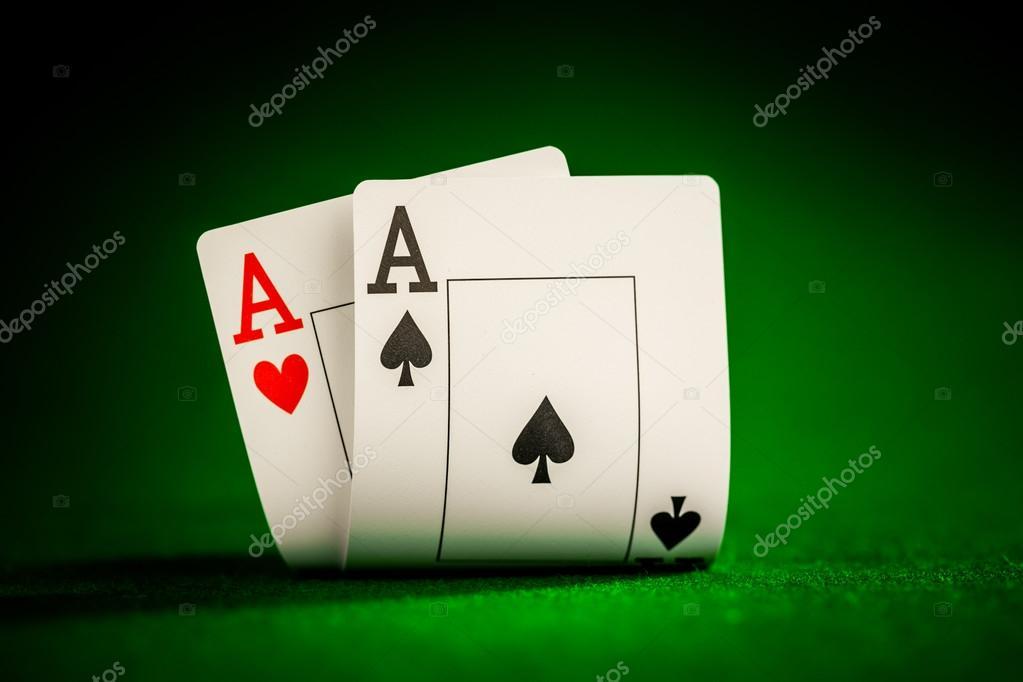 芯片和两个 ace 猛醒-扑克游戏的概念在桌上一叠— photo by cookelma