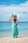 Girl walking along a tropical beach in the Maldives. — Stock Photo