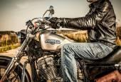 Fietser op fiets harley sportster — Stockfoto