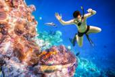 Snorklare maldiverna indiska oceanen korallrev. — Stockfoto