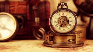 Zegarek vintage kieszonkowy antyczne. sztuka tło życie. — Wideo stockowe