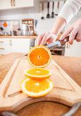 женских рук резки оранжевый — Стоковое фото