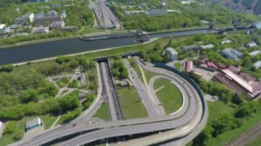 Aerial view of a freeway intersection — 图库视频影像
