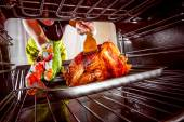 Cooking chicken in the oven at home. — Stock Photo