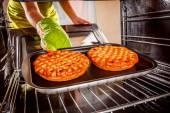 Gotowania w piecu w domu. — Zdjęcie stockowe
