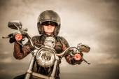 Biker flicka på en motorcykel — Stockfoto