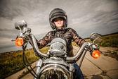 Biker meisje op een motorfiets — Stockfoto