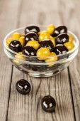 Oliven auf einem holztisch — Stockfoto