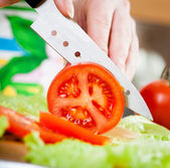 Kadının elleri domates kesme — Stok fotoğraf