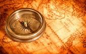 Vintage pusula Antik Dünya harita üzerinde yer alır. — Stok fotoğraf