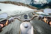 Visão em primeira pessoa motociclista, montanha serpentina. — Fotografia Stock