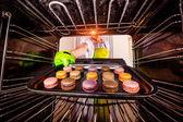 Macarons in de oven bakken. — Stockfoto