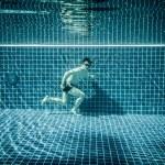 Man runs underwater swimming pool — Stock Photo #84811546