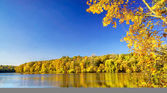 Lake in an autumn day. — Stock Photo
