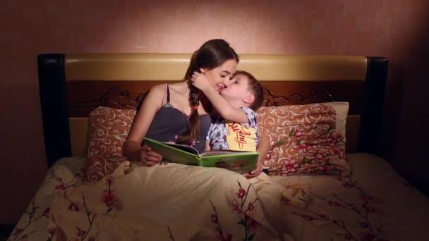 мама сын на кровате отца нет дома видео