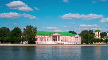 Vacationers go boating about Kuskovo palace — Stockvideo