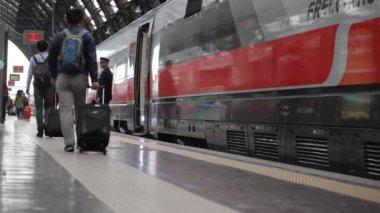 Passengers at Milan train station — Stock Video