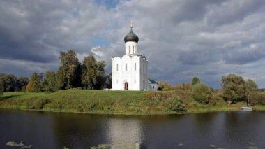 Kerk op nerl rivier — Stockvideo