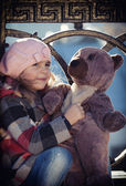 Girl  holds a toy bear — ストック写真