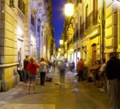 Tourists listen to street musicians. — Stock Photo