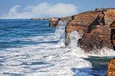Oceanic waves and coastal rocks — Stock Photo