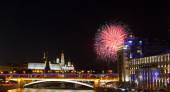 Fireworks over river embankment in Moscow — Stockfoto