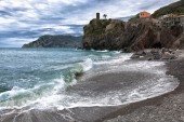 Beach in Vernazza in cloudy weather — Stock Photo