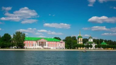 Vacationers on boats near Kuskovo palace — Stock Video