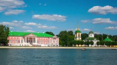 Vacationers boating near Kuskovo palace — Stock Video
