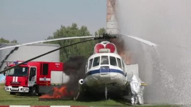 Rescuers of Emercom on fire extinguishing — Stock Video
