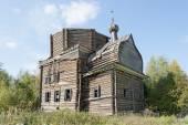 Destruiu a antiga igreja de madeira no norte da aldeia russa — Foto Stock