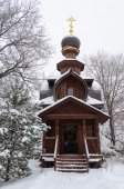 Wooden chapel at the holy spring of St Sava Storozhevsky in wint — 图库照片