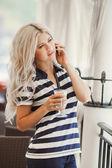 Skönhet flicka med kopp kaffe — Stockfoto