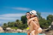 Loving couple having fun on the beach of a tropical ocean. — Stok fotoğraf